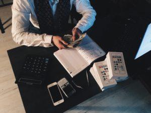 Homme fait des calculx